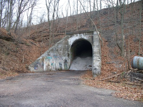 Green Man Tunnel http://www.paranormal-encyclopedie.com/wiki/Articles/Robinson_Raymond
